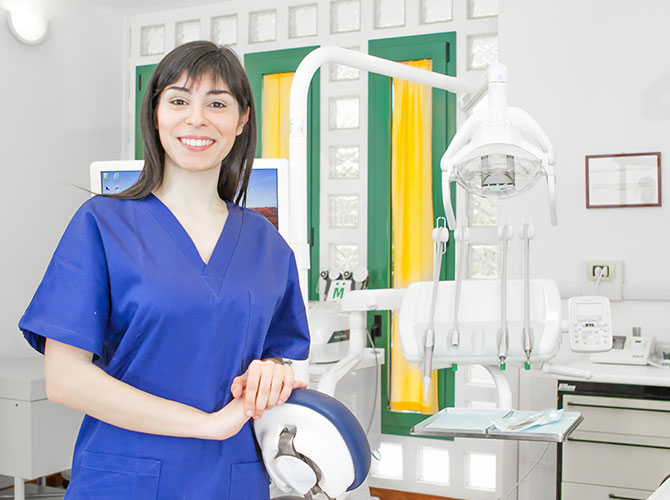 Assistente alla poltrona sig na elena spanu u studio dentistico